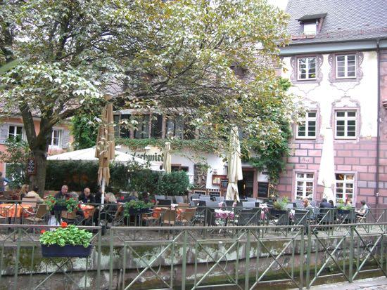 Hyggelig cafe ved kanalen i Freiburg