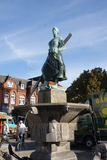 Byens vartegn skulpturen Tine