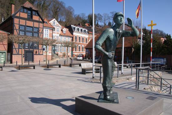 """Statuen """"Der Rufer"""" i Lauenburg"""